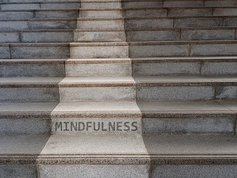 Słowo MINDFULNESS pisać na schodkach fotografia royalty free