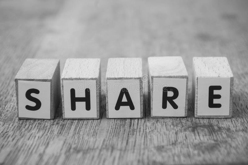 Słowo na drewnianym sześcianie na drewnianym biurka tła pojęciu - część obraz stock