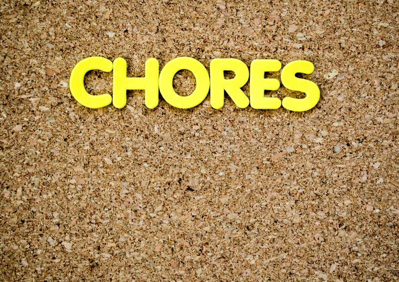 Słowo obowiązek domowy literujący za żółtych listach na w korkuje deskę fotografia royalty free