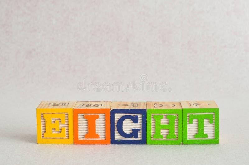 Słowo osiem (8) literujący z kolorowymi abecadło blokami obrazy stock