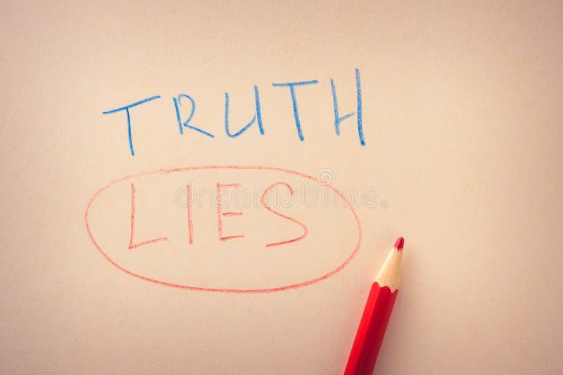 Słowo pisać w barwionych ołówkach na papierze prawda i podkreślający kłamstwa, zdjęcia stock