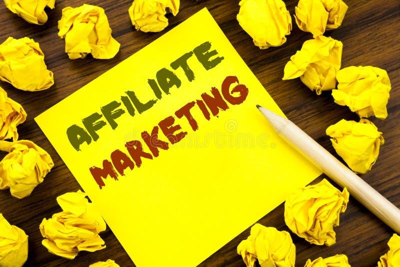 Słowo, pisze filia marketingu Biznesowy pojęcie dla Internetowego Online Pisać na kleistym nutowym papierze, drewniany tło z fold zdjęcia royalty free