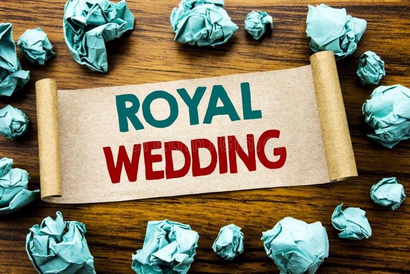 Słowo, pisze Królewskim ślubie Biznesowy pojęcie dla Brytyjski Anglia ślubu Pisać na kleistym nutowym papierze, drewniany tło z f obrazy royalty free