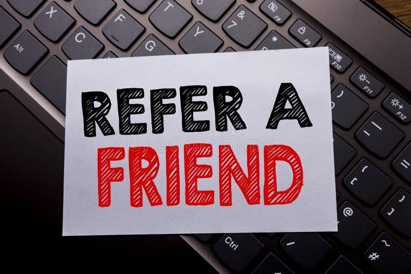 Słowo, pisze Nawiązywać do przyjaciela Biznesowy pojęcie dla skierowanie marketingu pisać na kleistym nutowym papierze na ciemnym fotografia stock