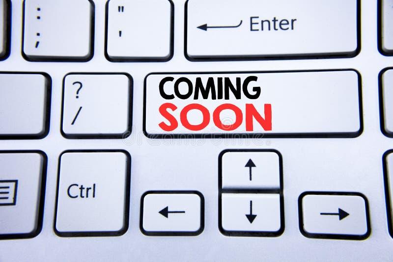 Słowo, pisze Przychodzić Wkrótce Biznesowy pojęcie dla W Budowie pisać na białym klawiaturowym kluczu z kopii przestrzenią Odgórn zdjęcia stock