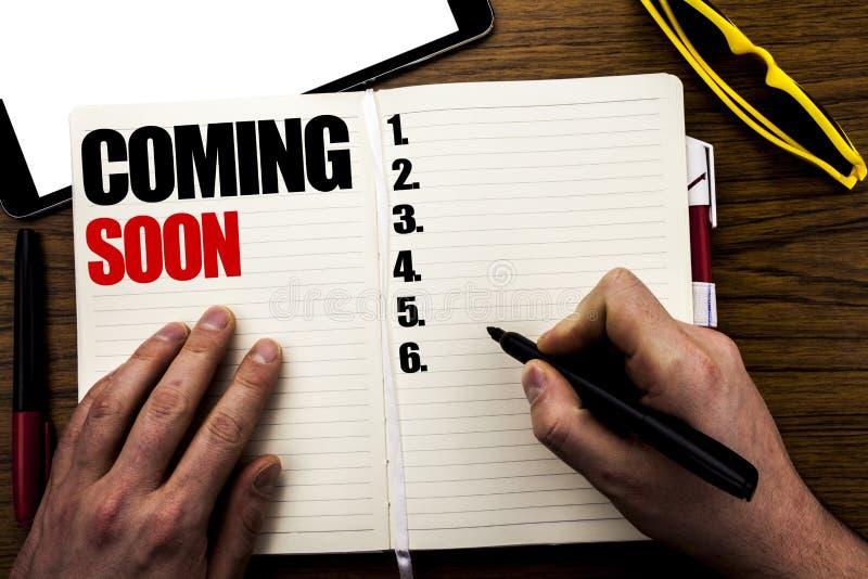 Słowo, pisze Przychodzić Wkrótce Biznesowy pojęcie dla wiadomości przyszłości Pisać na książce, drewniany tło z biznesmen ręką, p zdjęcia royalty free