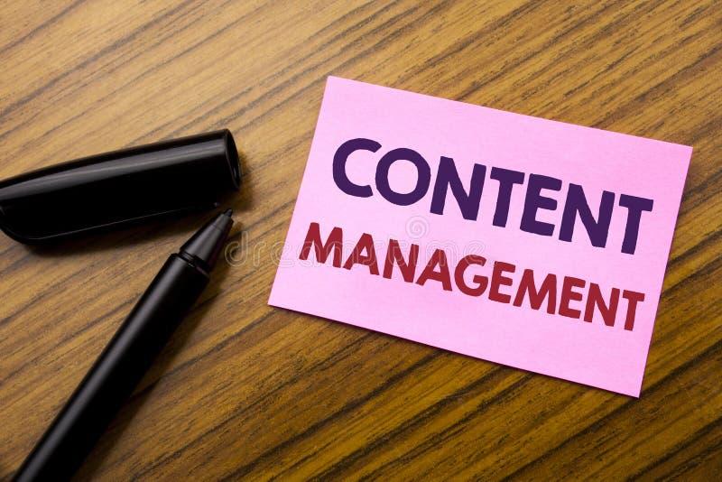 Słowo, pisze Zadowolonym zarządzaniu Biznesowy pojęcie dla Cms Online strony internetowej Pisać na kleistym nutowym czerwień papi obrazy stock