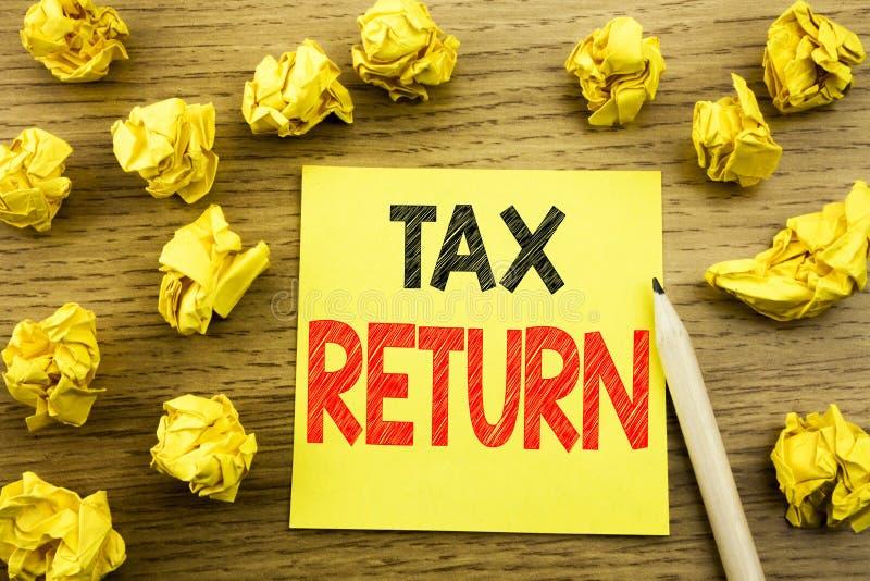 Słowo, pisze zwrocie podatku Biznesowy pojęcie dla Rozliczać pieniądze powrót pisać na kleistym nutowym papierze na drewnianym tl fotografia stock