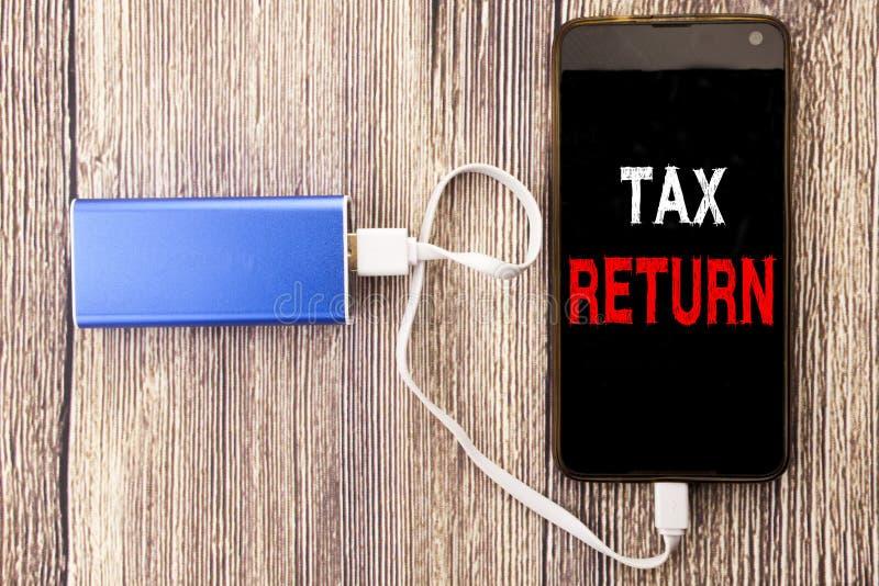 Słowo, pisze zwrocie podatku Biznesowy pojęcie dla Rozliczać pieniądze powrót pisać na mobilnej telefon komórkowy wiszącej ozdobi obraz stock