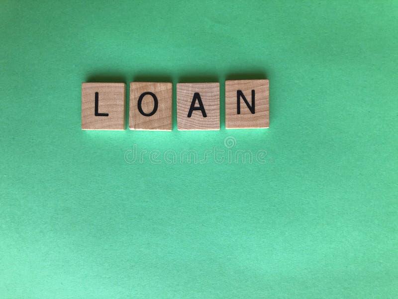 Słowo pożyczka w drewnianych abecadło listach, Kreatywnie pojęcie zdjęcia stock