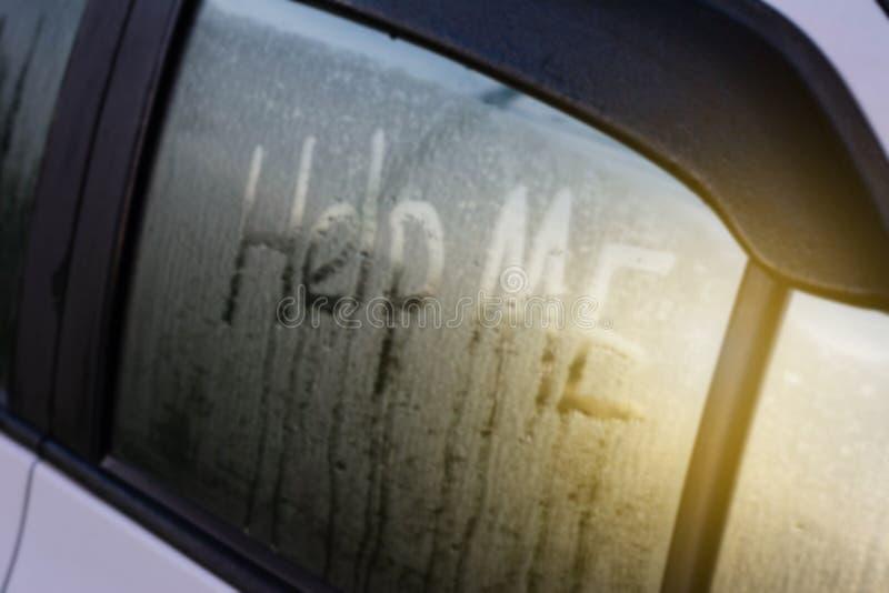 Słowo pomoc ja pisze na samochodowym ` s lustrze obraz stock