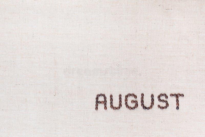 Słowo Sierpień pisać z kawowymi fasolami strzelać z góry, wyrównujący przy dolnym dobrem zdjęcie royalty free