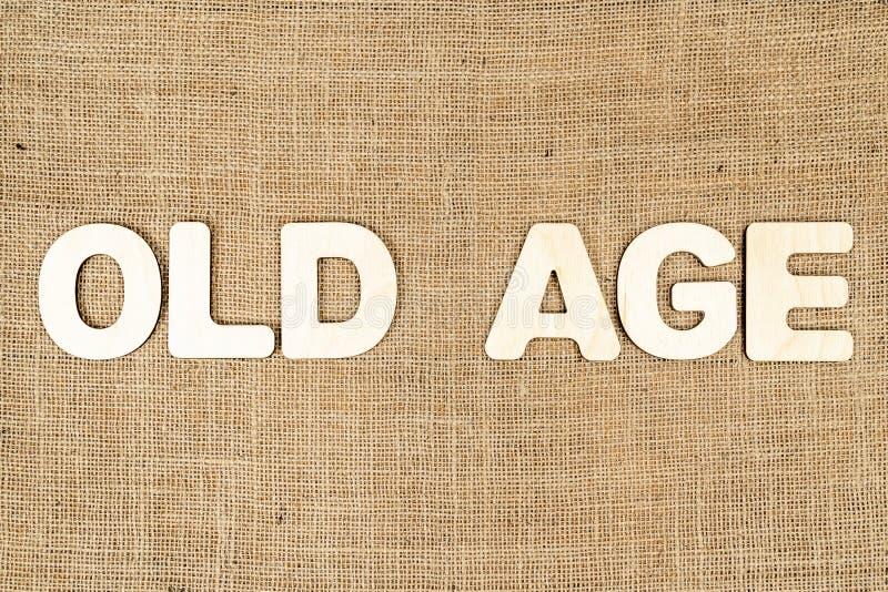 Słowo starość drewniani listy na parciaku obraz stock