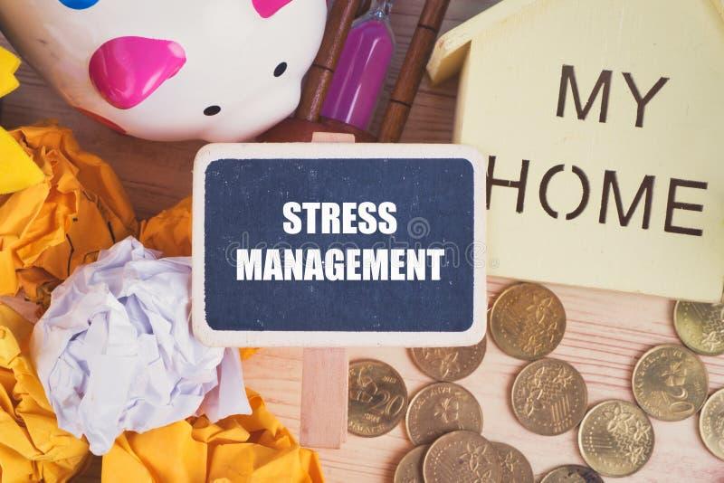 Słowo stresu zarządzanie na drewnianym signage miie papier i ukuwa nazwę tło, prosiątko bank zdjęcie stock