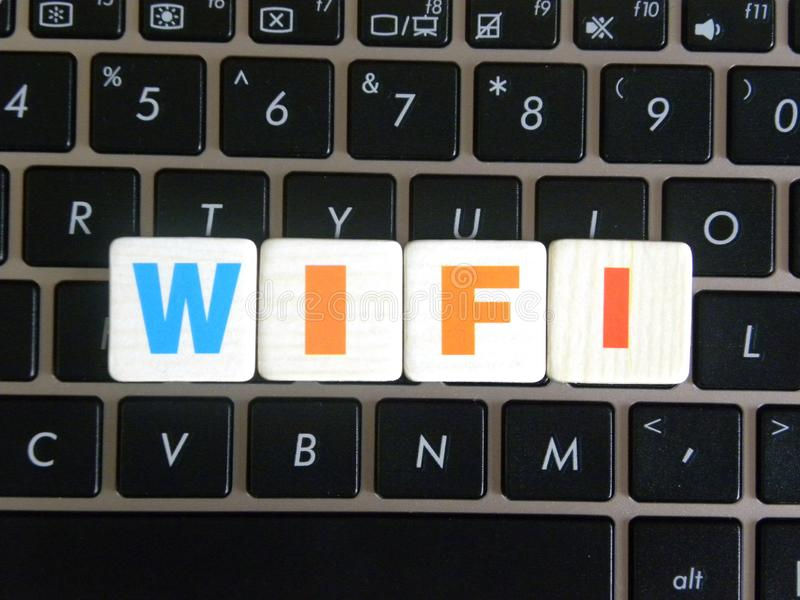 Słowo WiFi na klawiaturowym tle zdjęcie royalty free
