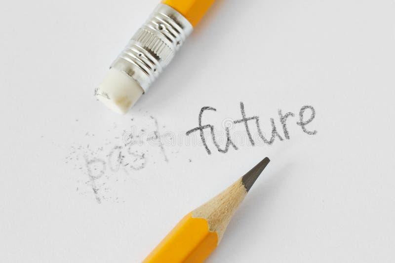 Słowo za wymazujący z gumą i słowo przyszłością pisać z ołówkiem na białej księdze - pojęcie czas, rozjaśniać za obrazy stock