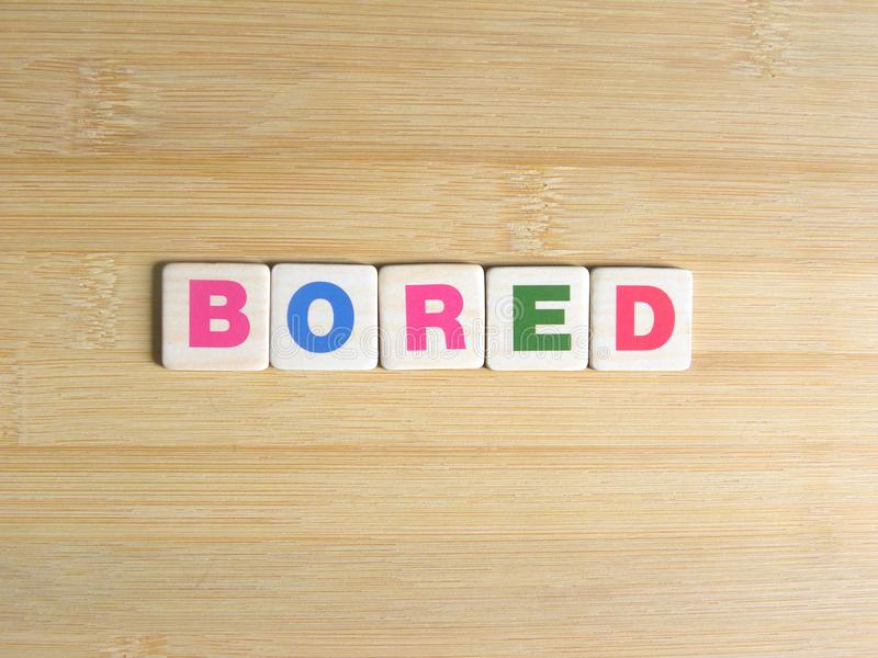Słowo Zanudzający na drewnianym tle ilustracji