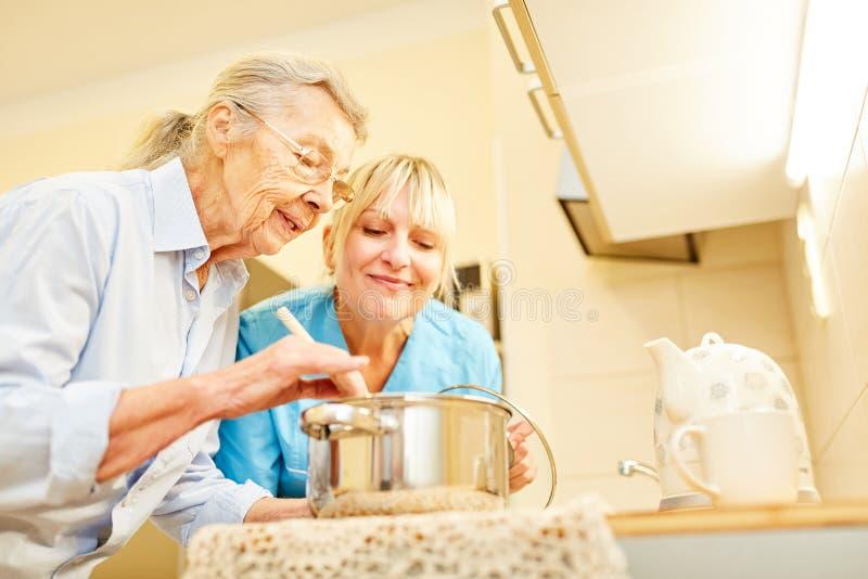 Służby socjalne senior w kuchni i żona obrazy stock