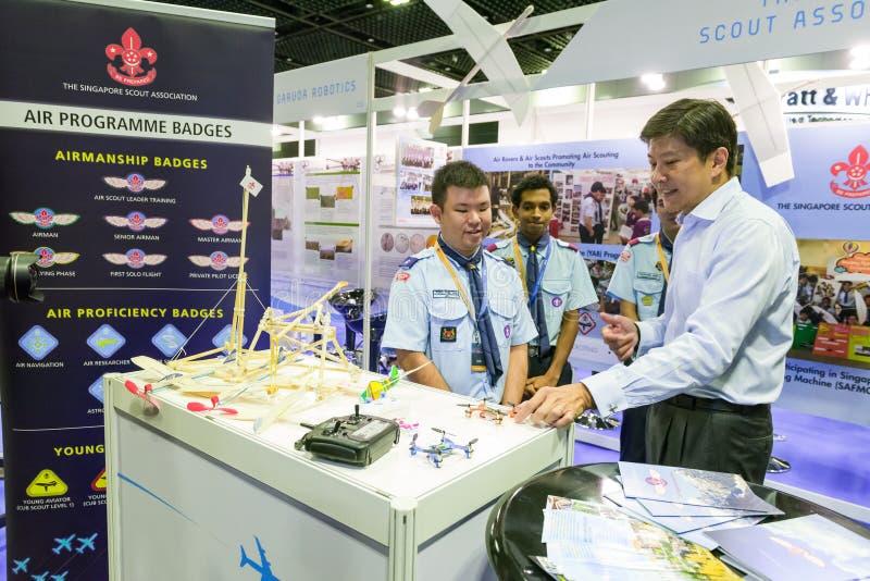 Służy Ng Chee Meng odwiedza booths przy lotnictwo Otwartym domem zdjęcie stock