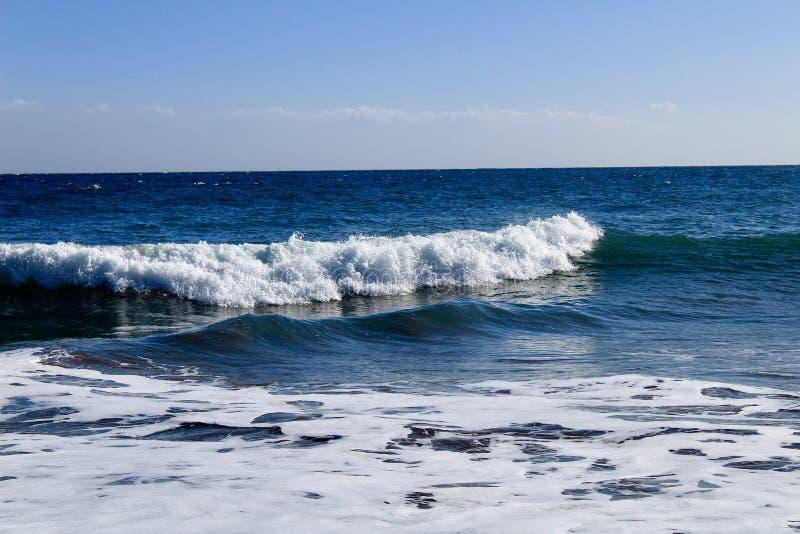 Słucha falowego dźwięka przy plażą zdjęcie royalty free