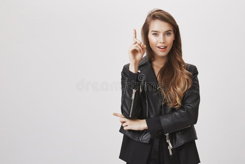 Słucha mój propozycję ty kochasz je Portret kreatywnie atrakcyjny kobiecy projektanta dźwigania palec wskazujący i obrazy royalty free