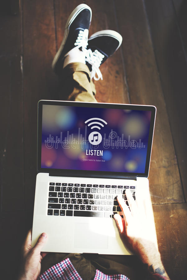 Słucha Słuchającego Muzycznego Radiowego rozrywki pojęcie obraz royalty free