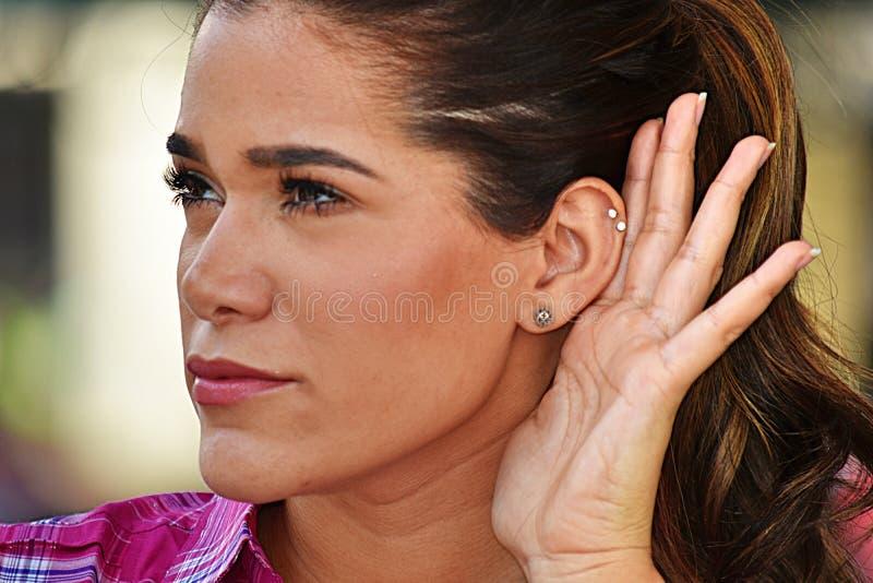 Słuchająca Młoda Żeńska Jest ubranym Różowa koszula zdjęcia stock