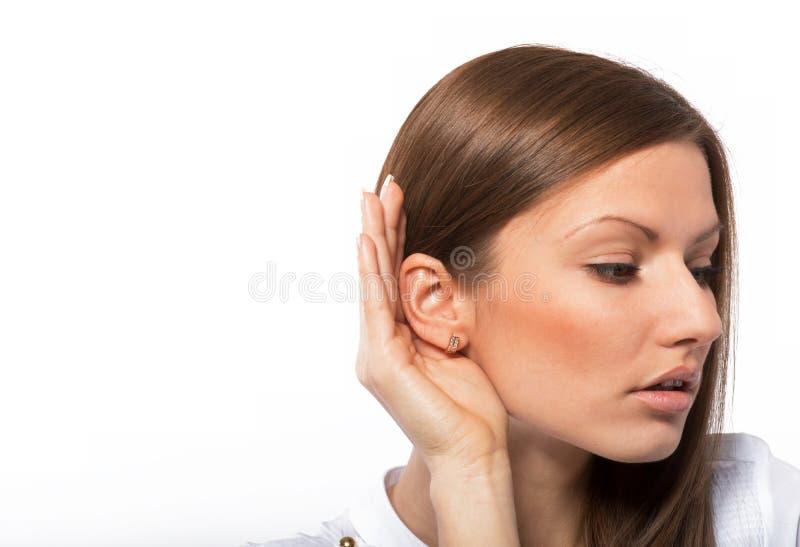 Słuchająca młoda kobieta zdjęcie royalty free