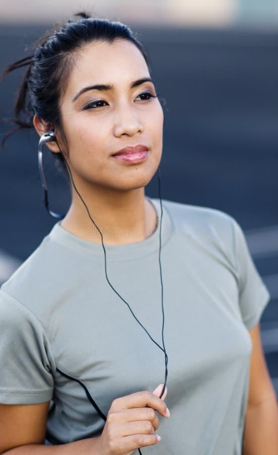 słuchający muzyczny ja target1360_0_ kobieta obrazy royalty free