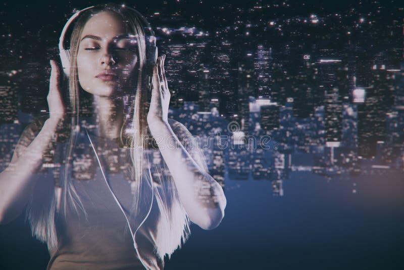 słuchający muzyczny kobieta dosyć zdjęcie royalty free