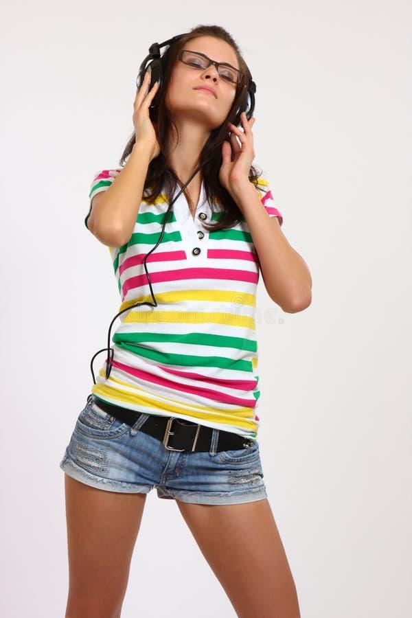 słuchający muzyczny pracowniany nastolatek zdjęcie royalty free