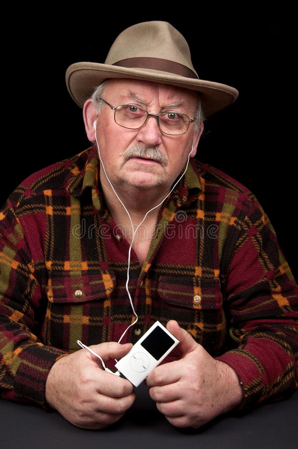 słuchający samiec mp3 odtwarzacz muzyczny senior obrazy royalty free