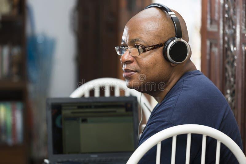 słuchawek laptopu mężczyzna zdjęcie stock