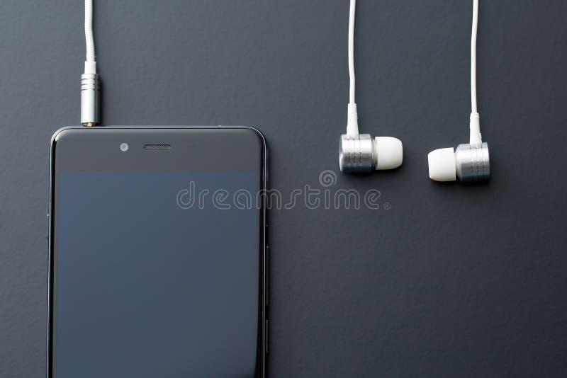 Słuchawki i telefon komórkowy obrazy stock