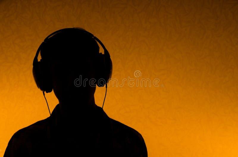 słuchawki słuchają mężczyzna muzykę obrazy royalty free