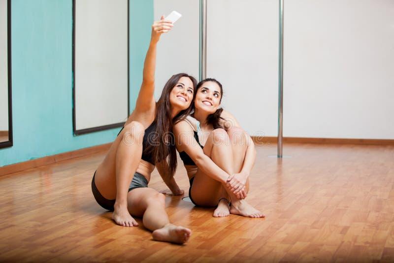 Słupów tancerze bierze selfie obraz stock