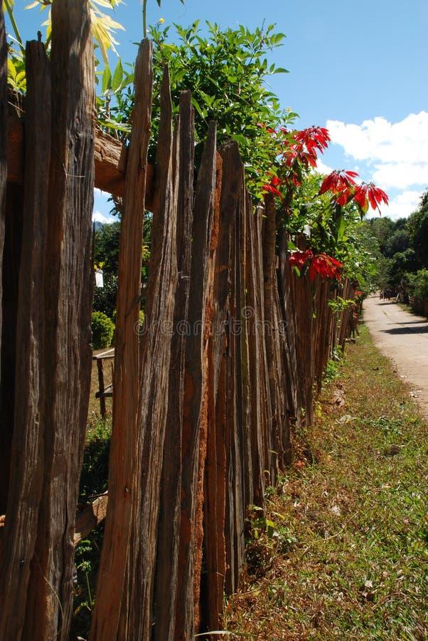 Słup ogrodzenia drewnianego wyłożył ulicę zdjęcia stock