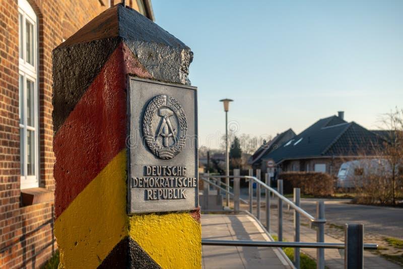 słup z żakietem ręki GDR stojaki w wiosce zdjęcie royalty free