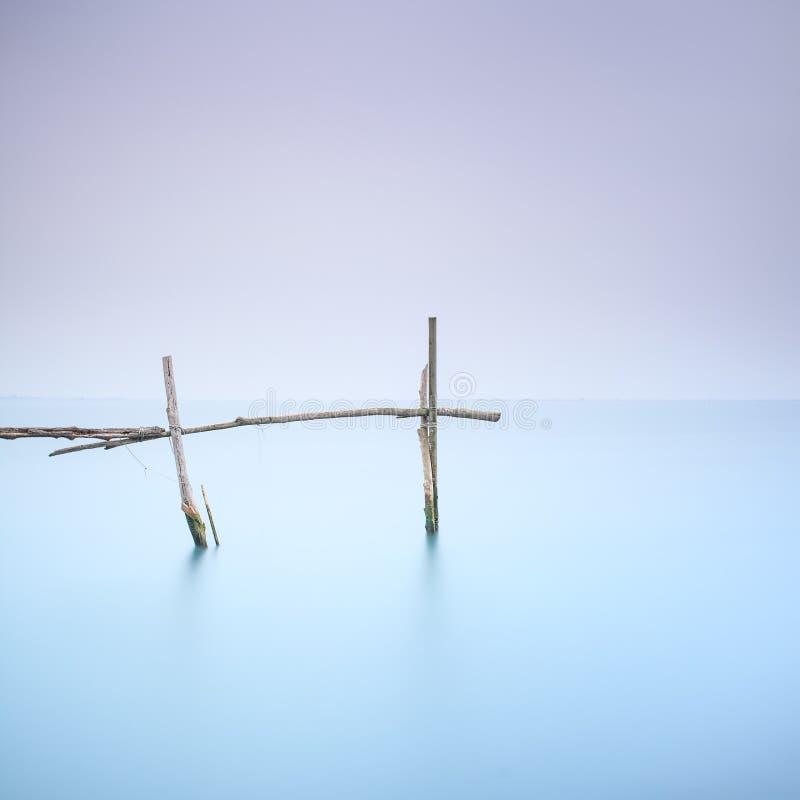 Słupy i miękka woda na mgłowym krajobrazie. Długi ujawnienie. fotografia stock