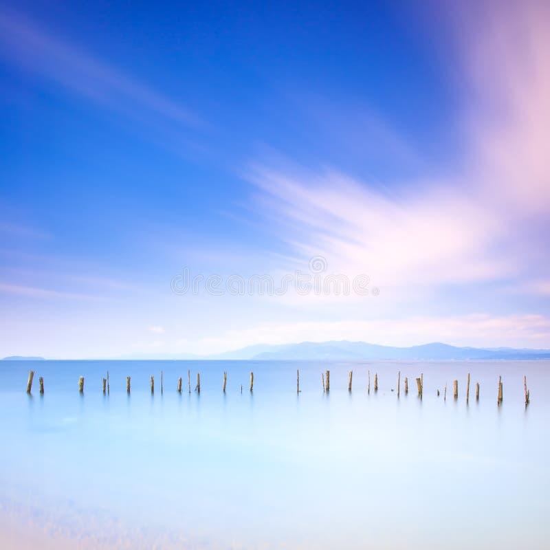 Słupy i miękka woda na morze krajobrazie. Długi ujawnienie. obrazy stock