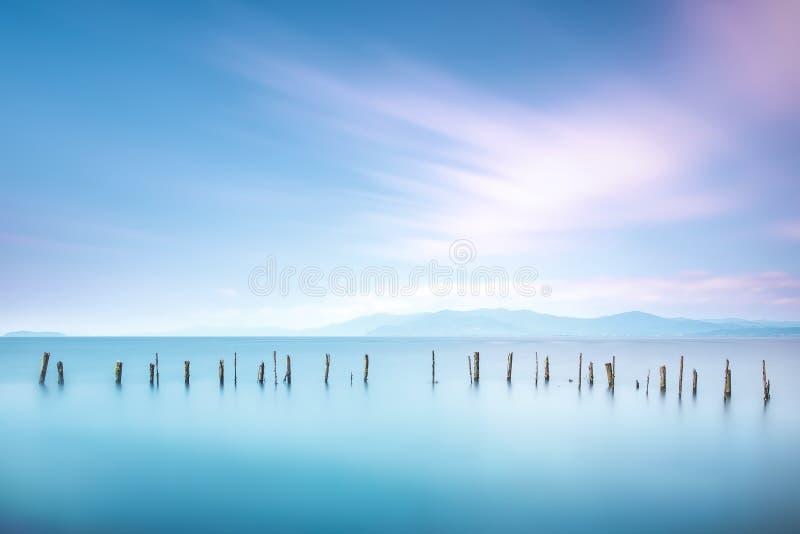 Słupy i miękka woda na morze krajobrazie długo ekspozycji zdjęcia royalty free
