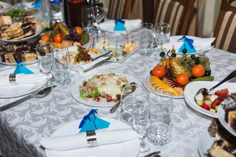Słuzyć ślubu stół z przekąskami dla różnych smaków obrazy stock