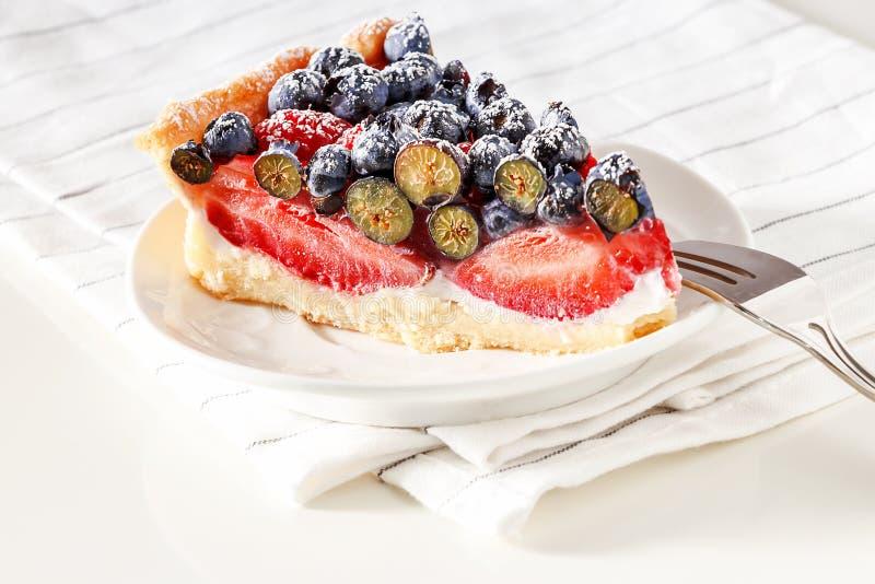 Słuzyć domowej roboty mieszanka z świeżymi jagodami jagodowy tarta obraz royalty free