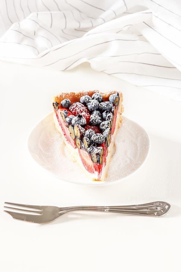 Słuzyć domowej roboty mieszanka z świeżymi malinkami jagodowy tarta, blueberr zdjęcia royalty free