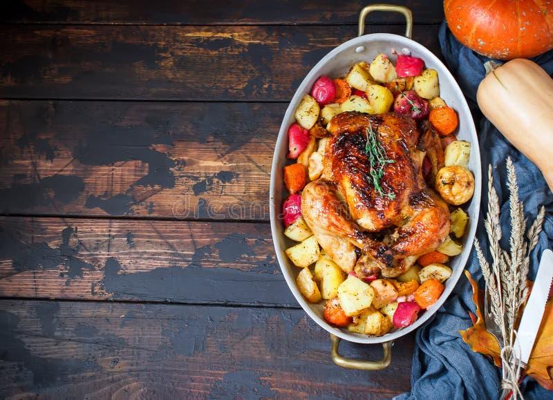 Słuzyć piec dziękczynienie Turcja z warzywami na brown drewnianym nieociosanym tle zdjęcia royalty free