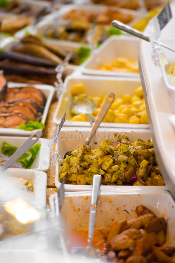 Słuzyć posiłki na sprzedaży w sklepie spożywczym zdjęcia stock
