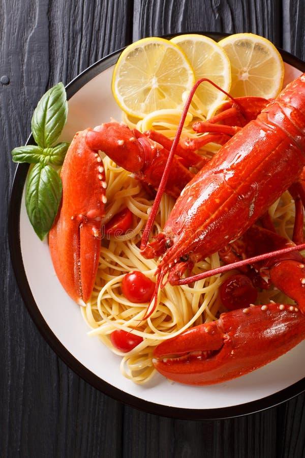 Słuzyć spaghetti makaron z czerwonym homarem, pomidorami, cytryną i fre, zdjęcia stock