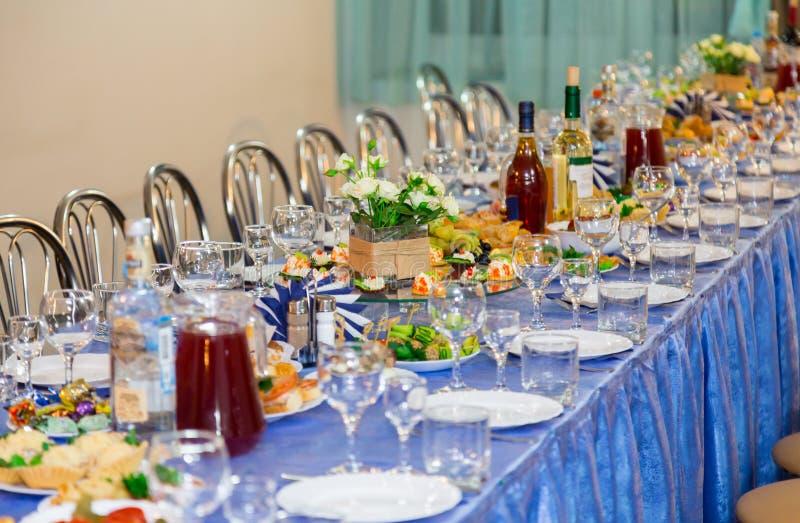 Słuzyć stoły przy bankietem Napój, alkohol, bakalie i przekąski, catering Recepcyjny wydarzenie obrazy stock