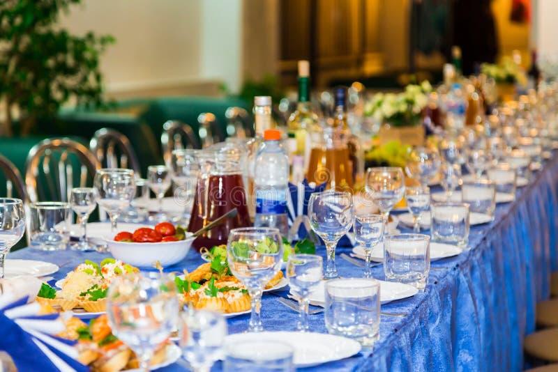 Słuzyć stoły przy bankietem Napój, alkohol, bakalie i przekąski, catering Recepcyjny wydarzenie zdjęcia royalty free