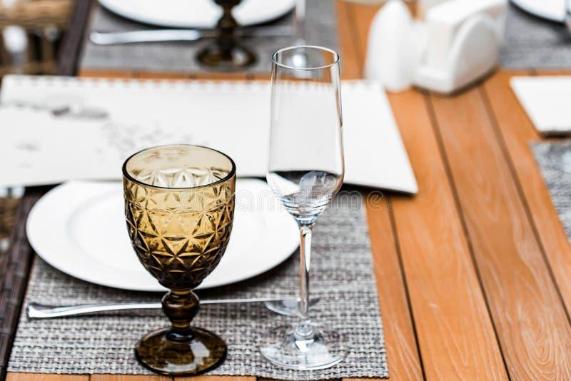 Słuzyć stoły przy plenerową restauracją z pięknym szkłem fotografia royalty free